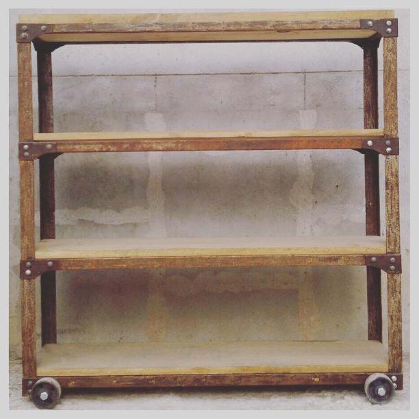 Estantería para lo que necesites apoyar o guardar! En madera maciza y hierro con remaches! Con rueda