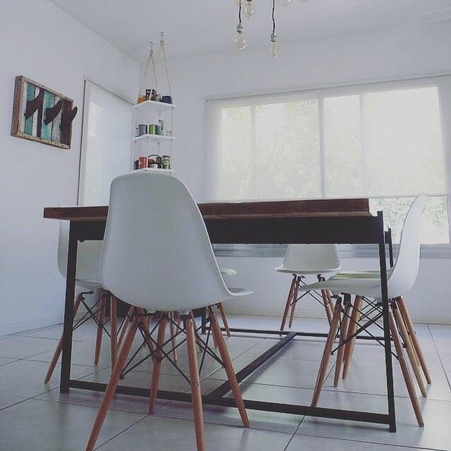 Mesa de comedor . Tablón de 2 pulgadas y estructura de caño