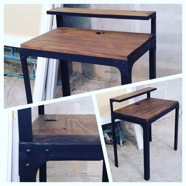 Escritorio industrial diseñado a medida de madera maciza y hierro con remaches
