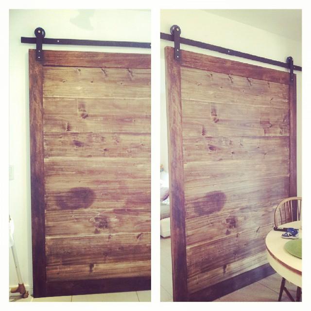 Colocando portón de madera #porton #madera #barndoor #ambientar