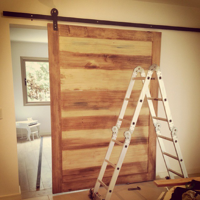 En proceso. Instalando una puerta de madera con hierro