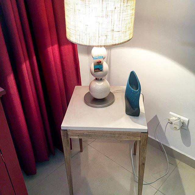 Mesa se arrime en madera y tapa laqueada + lampara con bochas de cerámica + florero de cerámica