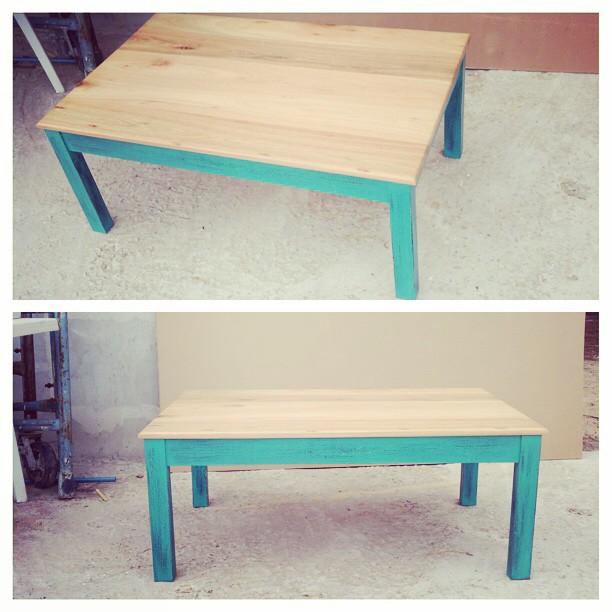 Mesa ratona patinada con tabla en madera maciza de una pulgada