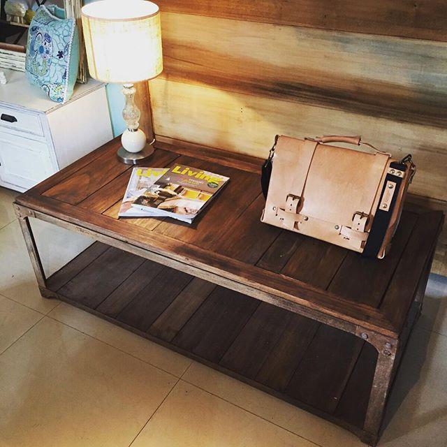 Mesa ratona en madera con remaches y tablones. Piso abajo! Increíble . 130 x 60 cm