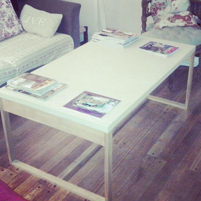 Mesa ratona con tapa de 4 cm de microcemento y estructura de madera. 120 x 70 x 50 h