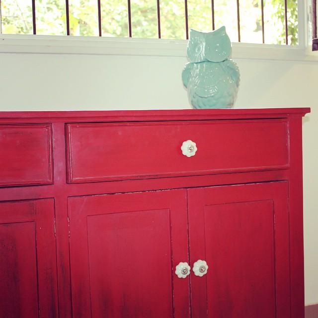 Vajillero romántico en rojo y búho de cerámica Aqua! #buenosaires #argentina #clodohouse #mueble #ha
