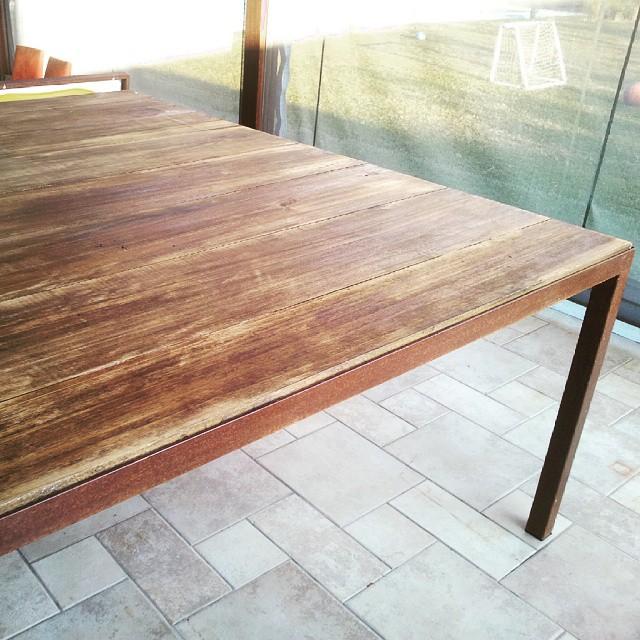 Mesa de madera de tablones de 1 pulgada y hierro. Con patas oxidadas