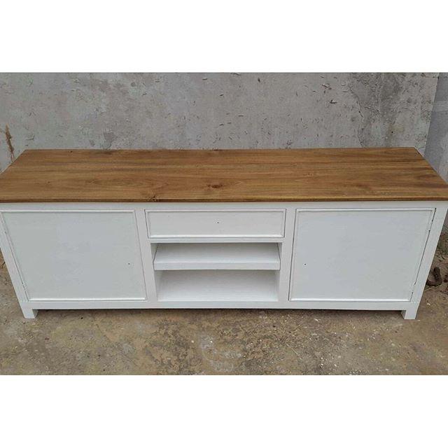 En proceso ! Mueble de tv patinado con tablón de madera maciza en 1 pulgada! Está quedando divino! Y