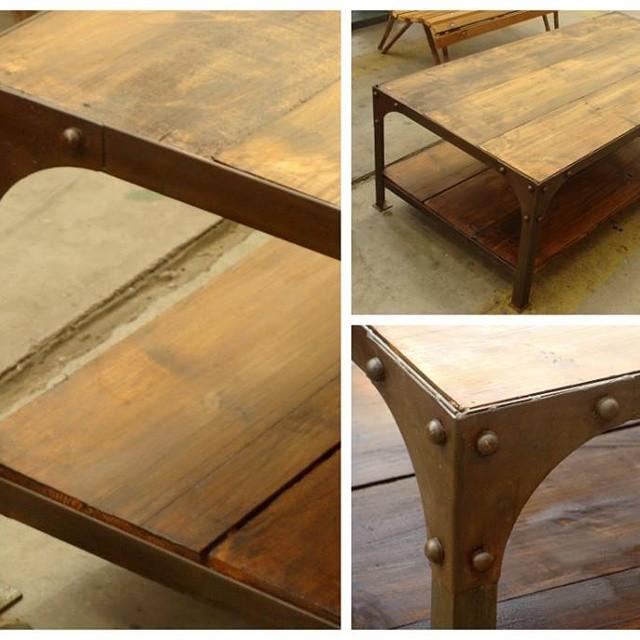 Mesa en hierro y madera con remaches