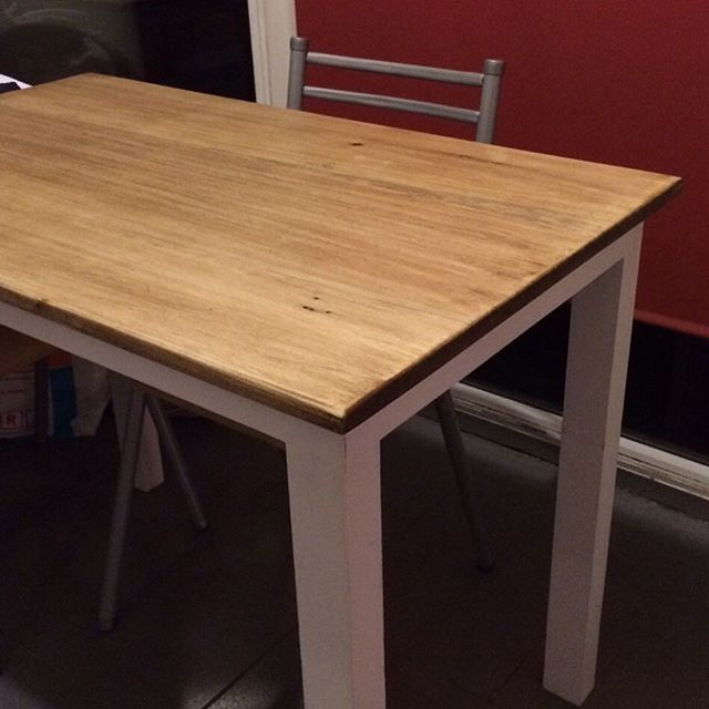 Mesa tapa de madera y patas patinadas