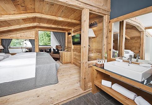 csm_hotel_laechenhof_seefeld_tirol_nord_schlafzimmer_01_bacc6d2a80_edited.jpg