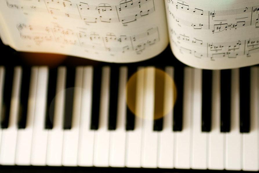 ピアノの楽譜と鍵盤