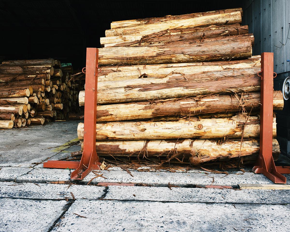 倉庫の原木風景