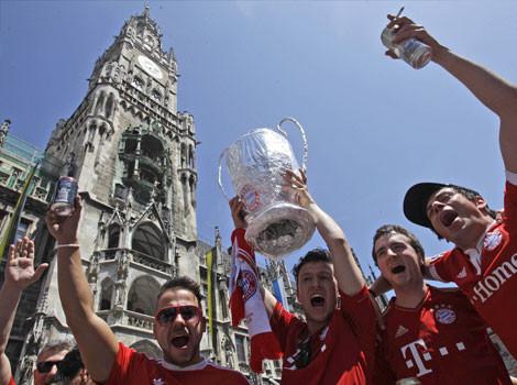 Bayern Munich fans with trophy