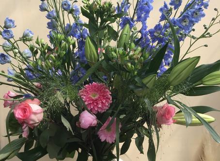 Zomers boeket met blauwe delphinium, roze pioen,...