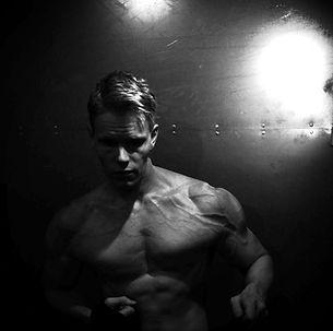 Daniel Schou, chiseled physique, deffa, photo by Meline Höijer Schou, vascularity.