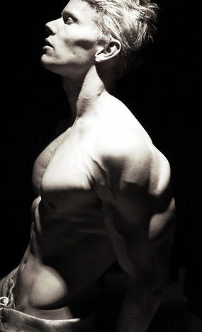 deffa, chiseled physique, shoulders, build muscle, chest, vascular