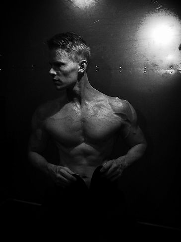 defined pecs, sculpted body, deffa, strong upper body, Daniel Schou, Meline Höijer Schou