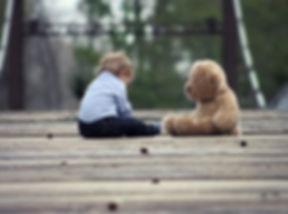 Bebê com urso de peluche