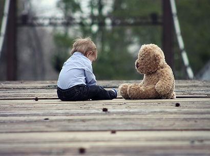 bébé qui joue avec un ours thérapie ecully