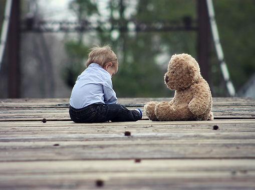 Bebé con oso de peluche