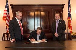 Gov. John Kasichsigns bill with Ohio Senate President Keith Faber and Ohio News Media Association president Dennis Hetzel