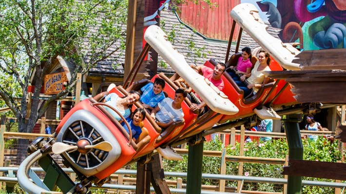 Top-10-atracciones-para-disfrutar-con-pequeños-en-Disney-World-The-Barnstormer