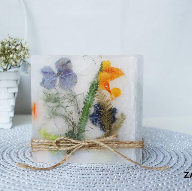Świeca z wtapianymi kwiatami