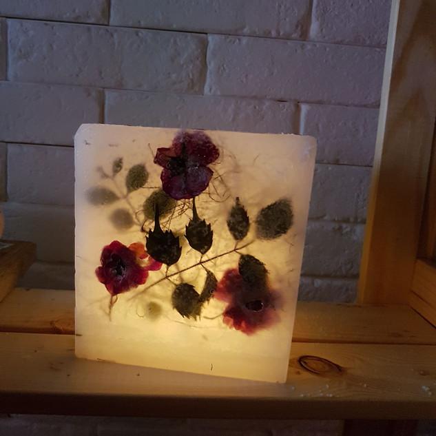 Lampion z wtapianymi kwiatami