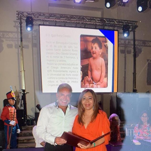 O Dr. Enzo Rivera Citarella foi homenageado pela Sociedade Colombiana de Cirurgia Plástica pelas mãos da Presidenta do Congresso, Dra. Damaris Romero