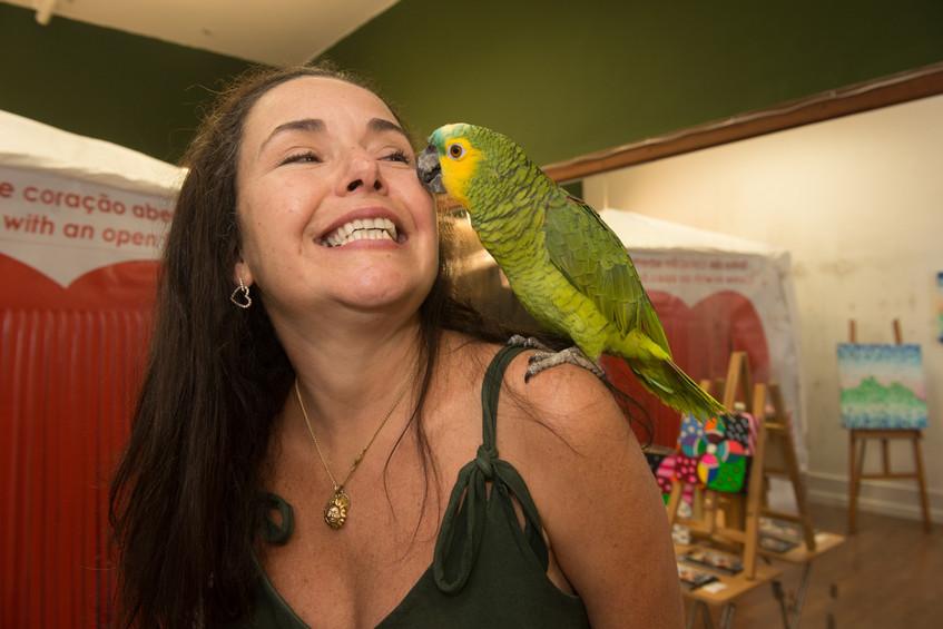 Pat Sauer com a papagaia Catarina Sauer.