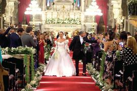 Enzo e Adriana de Rivera saindo da Igreja da Candelária do RJ