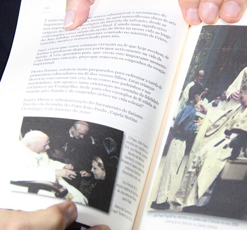 foto de Isis Penido com o Papa no livro
