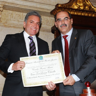 Dr. Enzo recebendo o título de Cidadão Honorário do RJ pelo vereador Renato Moura