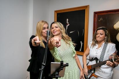 Marisa e Viviane cantando
