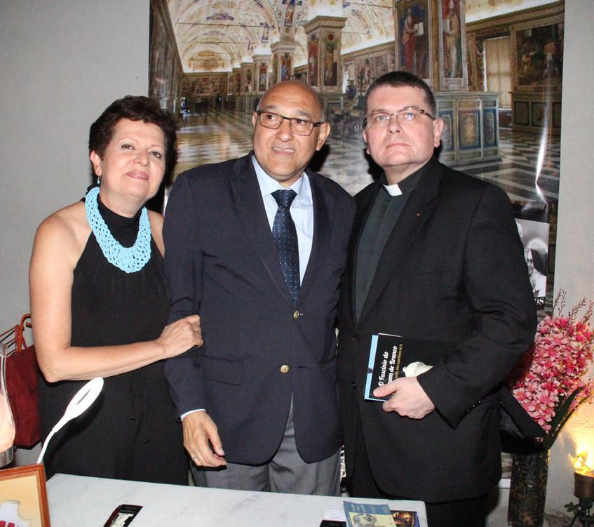 Tereza e Luiz Carlos Pugialli e monsenho