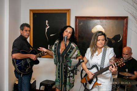 Adelaine Castilho cantando