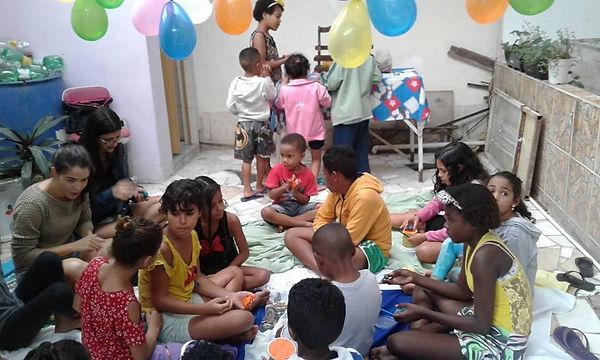 pamela_ajudando_as_crianças_2.jpeg