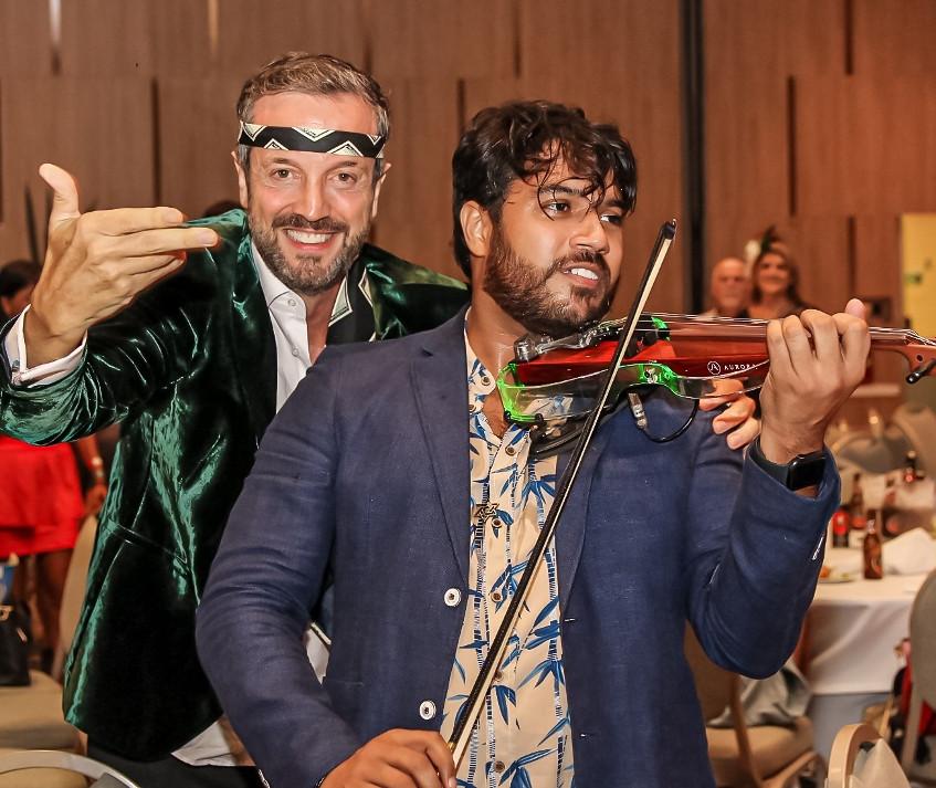 Alexis e o violinista Willian Isaac 1