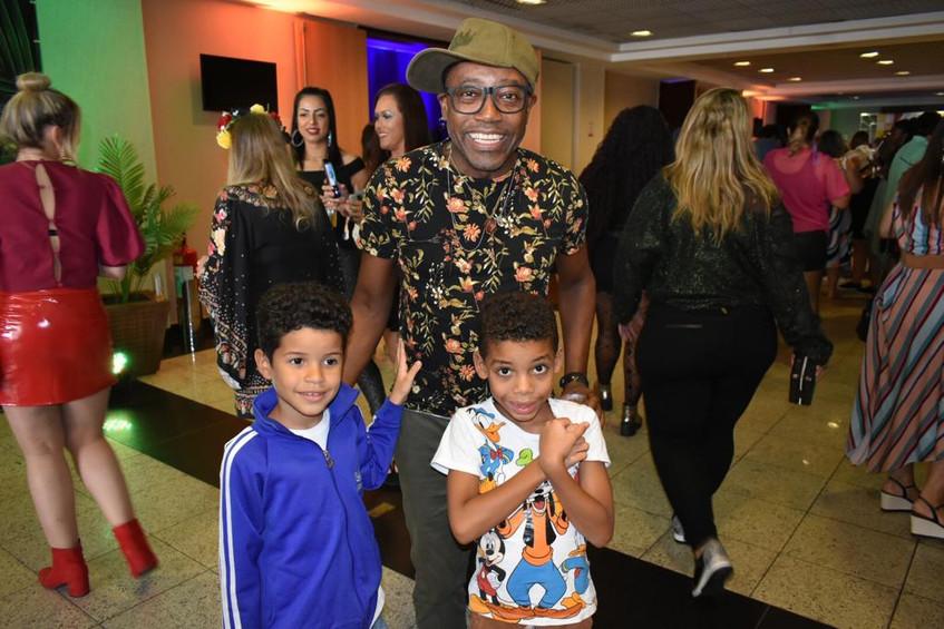 O ator Nando Cunha e seus filhos