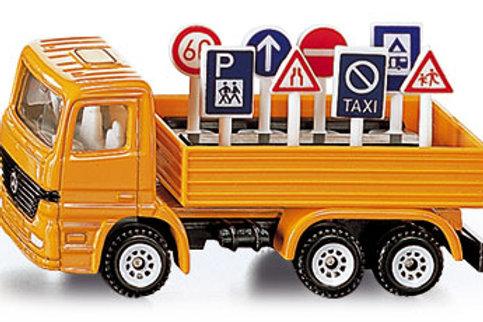 Camion che trasporta segnali stradali
