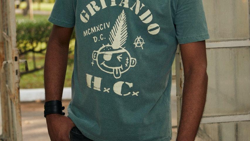 Camiseta carinha Gritando HC verde musgo estonado logo clássico.