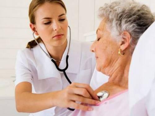 Atendente de enfermagem não recebe multa sobre FGTS após aposentadoria especial