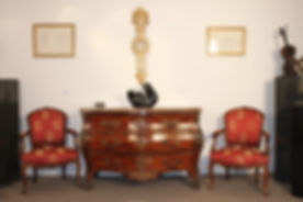 """Commode de forme """"tombeau"""" d'époque Louis XV - en placage de bois de rose et de bois de violette - E"""