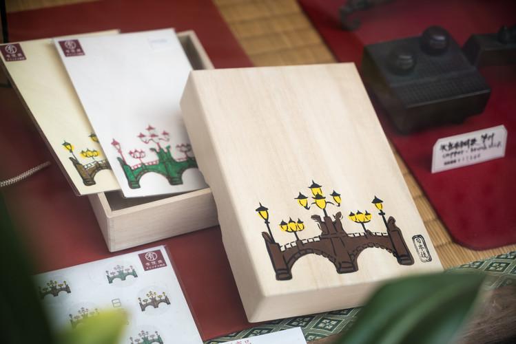 葉書サイズの日本橋デザイン桐箱はお土産として中に和紙小物を入れプレゼントするのが人気。  価格2600円+税