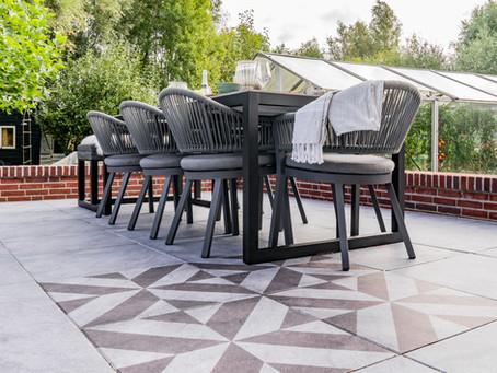 Modern en gezellig: Geef je terras sfeer met print tegels