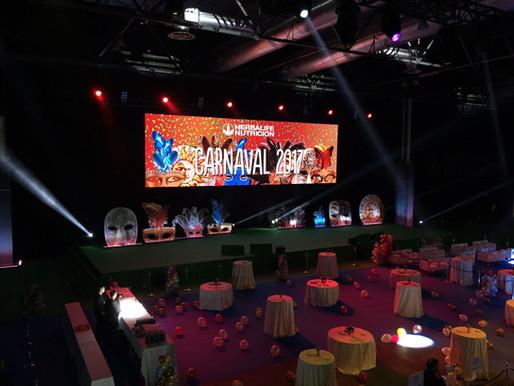 ¿Cómo iluminar un escenario en un evento u exposición?