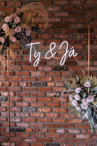 """Neonový nápis """"Ty & Já"""" na měděné bráně k zapůjčení"""