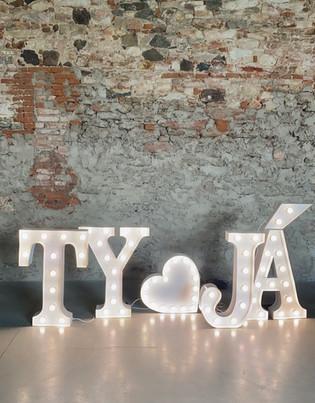 90cm svítící písmena v kombinaci s 60cm symbolem srdce