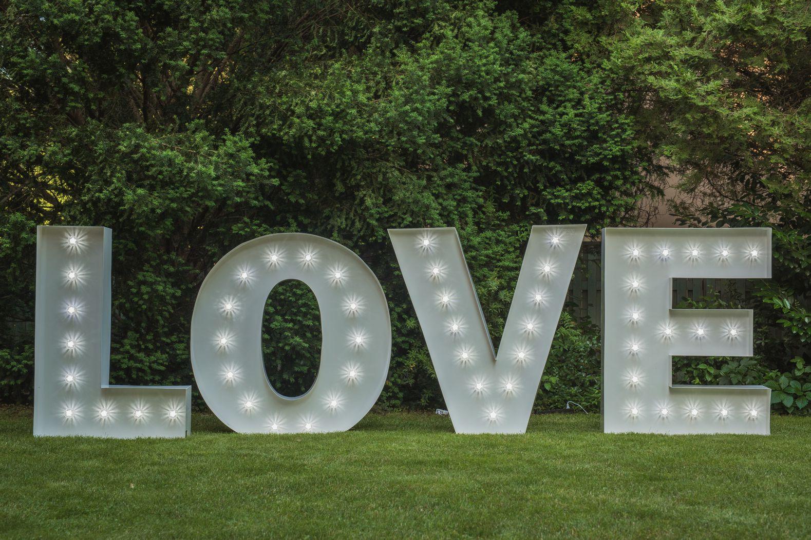 Obří nápis LOVE